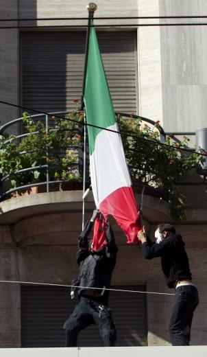 Black bloc a Roma con gli indignados. Frantumano una statua della Madonna e bruciano la bandiera italiana. Due immagini di una giornata infernale (2/6)
