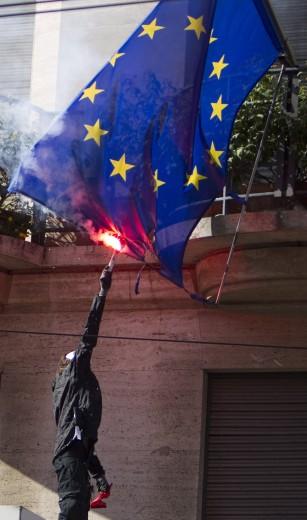 Black bloc a Roma con gli indignados. Frantumano una statua della Madonna e bruciano la bandiera italiana. Due immagini di una giornata infernale (4/6)