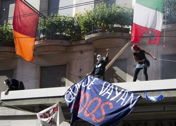 Black bloc a Roma con gli indignados. Frantumano una statua della Madonna e bruciano la bandiera italiana. Due immagini di una giornata infernale (6/6)