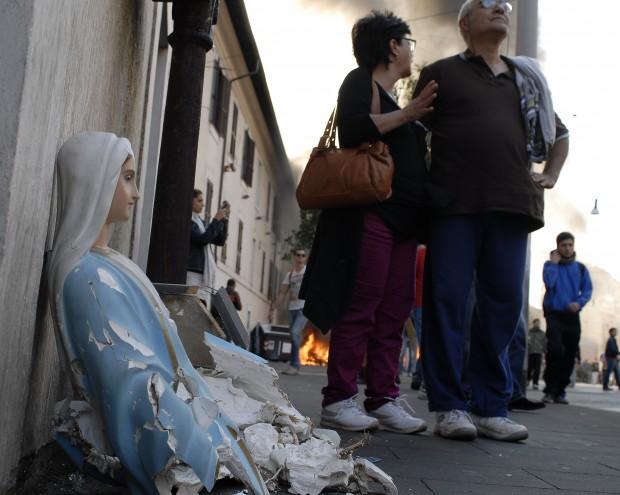 Black bloc a Roma con gli indignados. Frantumano una statua della Madonna e bruciano la bandiera italiana. Due immagini di una giornata infernale (5/6)