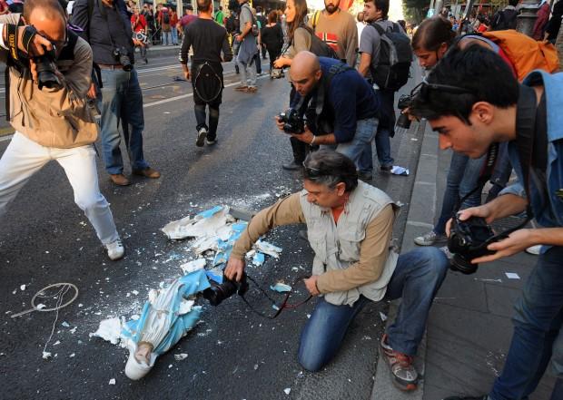 Black bloc a Roma con gli indignados. Frantumano una statua della Madonna e bruciano la bandiera italiana. Due immagini di una giornata infernale (3/6)